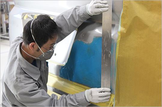 ニコニコ板金館ではすべての板金・塗装修理を自社修理工場で実施しています。